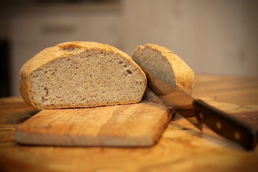 Pečen lanen kruh s semeni