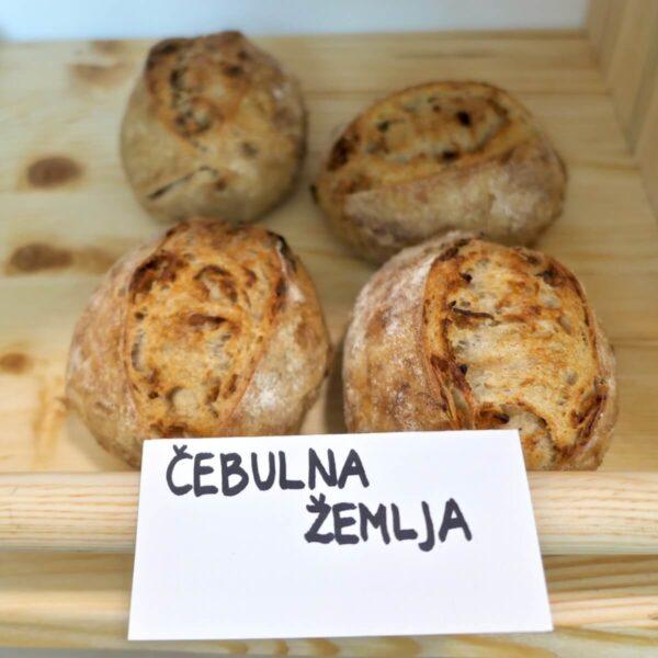 Čebulna žemljica Art Bread